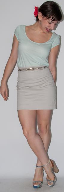 Como usar flor no cabelo - look do dia com camiseta mint, saia cáqui, bolsa amarela e sandália espadrille Schutz. Blog de moda
