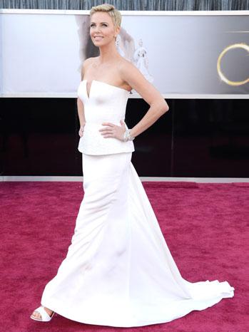 Tapete vermelho - looks Oscar 2013 - Charlize Theron
