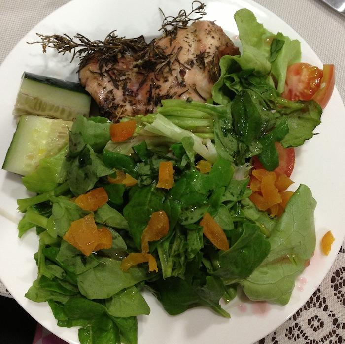 Reeducação alimentar - jantar - frango com salada e damascos