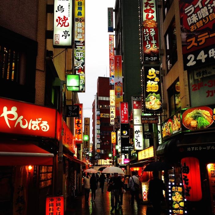 Dicas de Tóquio - viagem para o japao - shinjuku ao anoitecer