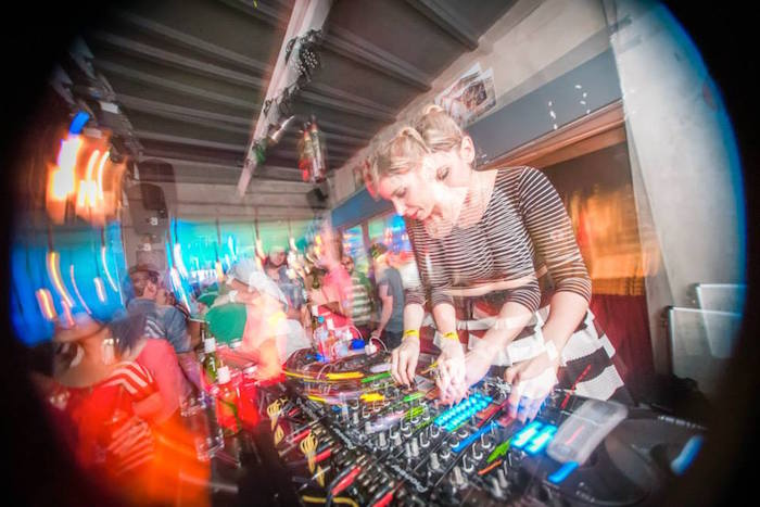 Blogueira ataca de DJ: Como foi ser DJ por um dia na festa Shuffle!